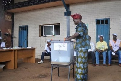 A woman votes in the elections in Guinea. (file photo)