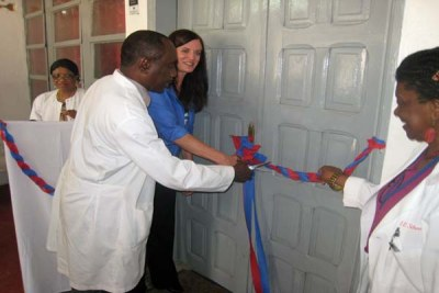 Mrs. Diane Watson, wife of Chevron's CEO, and doctors at the John F. Kennedy Hospital in Monrovia cut the ribbon to the newly furbished under-five ward.