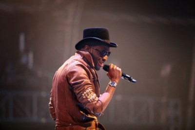 D'banj seduces the crowd in true Kokomaster fashion.