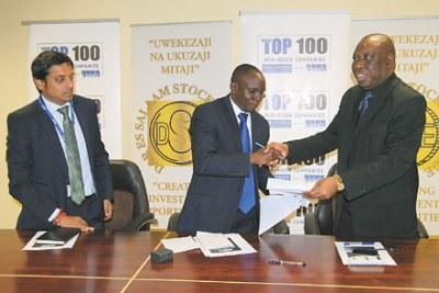 The Dar es Salaam Stock Exchange Chief Executive Officer, Moremi Marwa (middle).