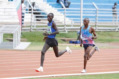 Cyrus Ruto (right) on his way to victory in the 5,000m race at the World Championship trials at Nyayo National Stadium.