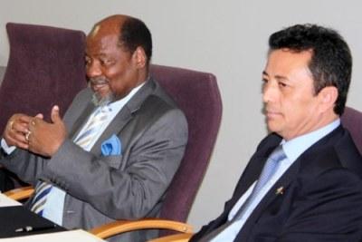 Marc Ravalomanana, et l'ancien président Mozambican Joaquim Chissano à Maputo.