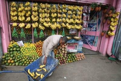 Un vendeur de fruit au marché Merkato à Addis Ababa, Éthiopie.