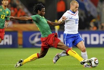 Nicolas Nkoulou dans un duel face aux nerlandais Wesley