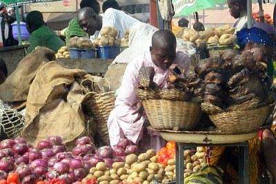 Des produits alimentaires exposés sur un marché africain.