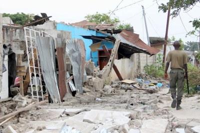 Des maisons détruites par des détonations causées par l'incendie du camp militaire le 5/3/2012 à Brazzaville.