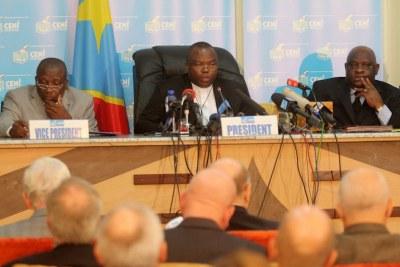 Des membres du bureau de la Ceni le 9/12/2011 à Kinshasa, lors de la publication finale des résultats provisoire de la présidentielle de 2011 en RDC.