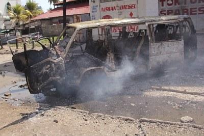 Une voiture brûlée lors des émeutes de Mombasa.