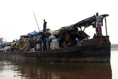 Embarcation sur le fleuve Congo