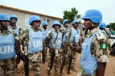 Des soldats du contingent nigérian de la MINUAD (UNAMID en anglais), stationnés à El Daein, au Darfour oriental, le 9 octobre 2012
