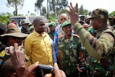 Le gouverneur du Nord-Kivu, Julien Paluku recevant les explications du colonel Mamadou Ndala, commandant des opérations militaires des FARDC contre le M23, samedi 26 octobre 2013 à Kibumba.