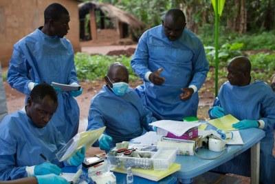 Une équipe médicale prodiguant des soins contre le virus Ebola