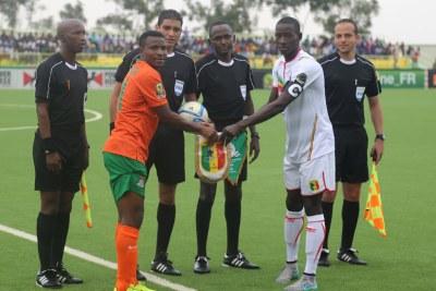 2016 Rwanda CHAN: Zambia captain, Christopher Katongo (2nd left) and Mali captain Karim Dante (2nd right) exchange pennants before kick off.