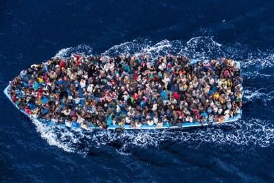 Des centaines de réfugiés et de migrants à bord d'un bateau de pêche quelques instants avant d'être secourus par la marine italienne en juin 2014.