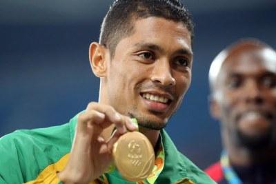 le Sud-africain Wayde van Niekerk remportant la médaille d'or à Rio 2016