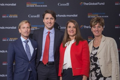 Le premier ministre Justin Trudeau est accompagné de Dr Mark Dybul, directeur exécutif du Fonds mondial, de Melinda Gates, coprésidente de la Fondation Bill et Melinda Gates, et de l'honorable Marie-Claude Bibeau, ministre du Développement international et de la Francophonie.