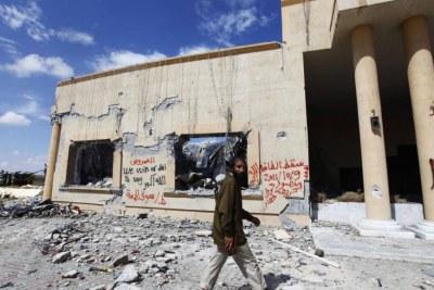 Un combattant anti-Kadhafi parmi les décombres d'un bâtiment bombardé par l'Otan, le 9 octobre 2011