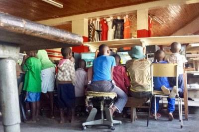 Children in one of the many internet cafés in Espungabeira on the Mozambique-Zimbabwe border (file photo).
