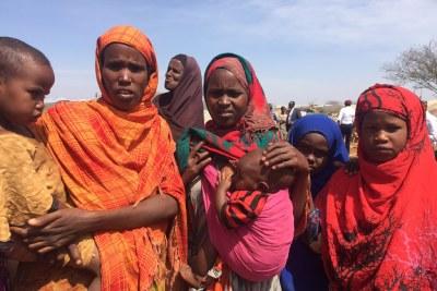 Des femmes déplacées par la sécheresse attendent de rencontrer le Secrétaire général de l'ONU António Guterres lors de sa visite à Baidoa, en Somalie.