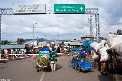 Smale-scale traders at the Rubavu-Goma border post transact business (file photo).