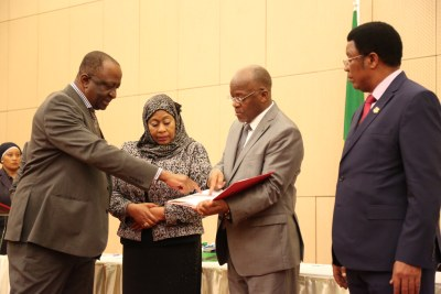 President John Magufuli gets clarification from the chairperson of a committee formed to probe the contents in mineral sand Prof Abdulkarim Mruma, soon after receiving the report at the State House in Dar es Salaam. Looking on are Vice-President, Ms Samia Suluhu Hassan and Prime Minister, Mr Kassim Majaliwa.