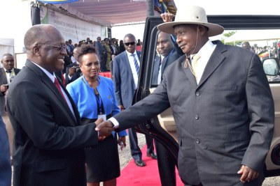Ugandan President Yoweri Museveni being welcomed by his Tanzanian counterpart John Mugufuli in Nchongoleani, Tanga in Tanzania.