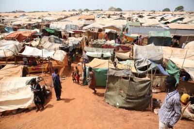 Suite aux récentes violences, environ 17.000 personnes ont trouvé refuge sur le site de protection des civils de l'ONU à Wau, au Soudan du Sud, où il ont accès à l'eau et ont installé des structures de base pour se protéger contre le soleil. Photo: ONU / Nektarios Markogiannis