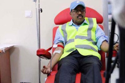 President Mohamed Abdullahi Mohamed Farmajo donating blood at Mogadishu's Erdogan Hospital on October 15, 2017 for the victims of the previous day's bomb explosion.