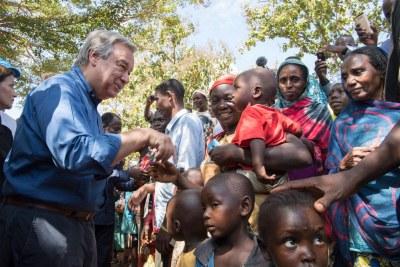 Le Secrétaire-Generale António Guterres visitant des déplacées internes à Bangassou, en RCA.