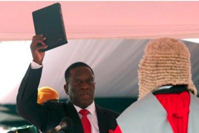 Le président Emmerson Mnangagwa a prêté serment, s'engageant à faire respecter la Constitution, à promouvoir tout ce qui protège le Zimbabwe et à s'opposer à tout ce qui peut lui nuire.