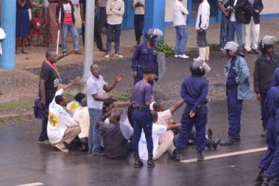 La police procède à l'interpellation de quelques manifestants mardi 19 décembre au niveau du bâtiment de l'INSS et près du palais de justice à Kindu (Maniema).