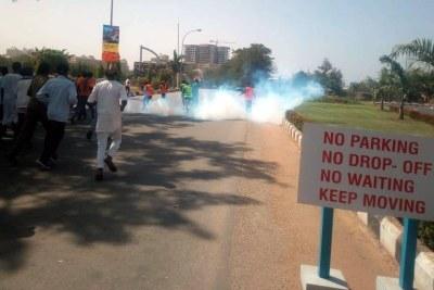 La police attaque des manifestants chiites au gaz lacrymogène.