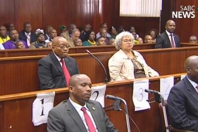 Capture d'écran de la vidéo SABC de l'ancien président Jacob Zuma devant le tribunal pour faire face à des charges de corruption.