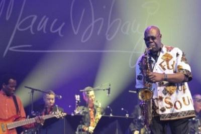 Légende Plus que jamais au sommet de son art, à 85 printemps, Manu Dibango, en 60 ans de musique, demeure l'as des as du saxo !