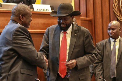 (Image d'archives) - Un nouvel accord de paix a été signé le 12 septembre par les belligérants au Soudan du Sud. Sur la photo, le Président sud-soudanais Salva Kiir (à droite) serre la main de son rival, Riek Machar, à Addis Abeba, en Ethiopie, le 12 septembre 2018.