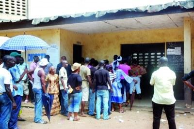 Des électeurs devant un bureau de vote
