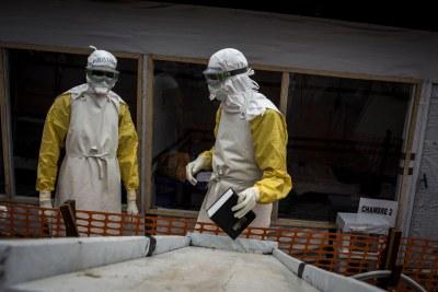 Un agent de santé attend de recevoir un nouveau patient non confirmé d'Ebola dans un centre de traitement Ebola  construit et financé par MSF à Bunia.