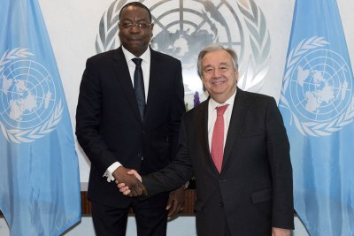 Poignée de main entre le Secrétaire général de l'ONU, M. António Guterres et M. Mankeur Ndiaye, du Sénégal, nommé Représentant spécial du Secrétaire général pour la République centrafricaine (RCA).