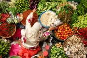 Une femme entrain de vendre des légumes