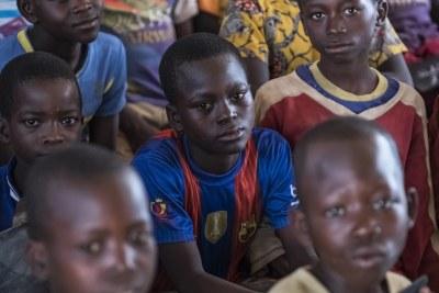 Des enfants centrafricains déplacées par les violences suivent un cours dans une salle de classe situé sur un site de la MINUSCA.