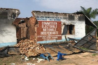 A Yumbi, le bâtiment de la Commission électorale nationale indépendante a été partiellement détruit lors des violences intercommunautaires de décembre 2018 (archive)
