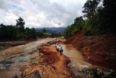 Une équipe MSF se rend à pied dans un village coupé de tout en raison des dégâts causés par le cyclone Idai à Chimanimani, Zimbabwe, Mars 2019.  ©MSF