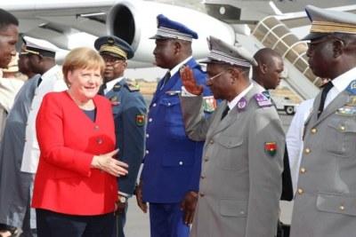 La chancelière Angela Merkel est en effet arrivée à l'aéroport international de Ouagadougou pour une rencontre bilatérale entre la République Fédérale d'Allemagne et le Burkina Faso, suivie dans la foulée d'un sommet extraordinaire avec les chefs d'Etat membres du G5 Sahel.
