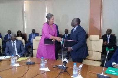 Poignée de main après signature de convention de partenariat entre M. Tiémoko Mieylé Koné Gouverneur de la BCEAO et Dr Marion Weichelt Krupski, Ambassadeur de Suisse au Sénégal, le lundi 13 Mai 2019 à Dakar