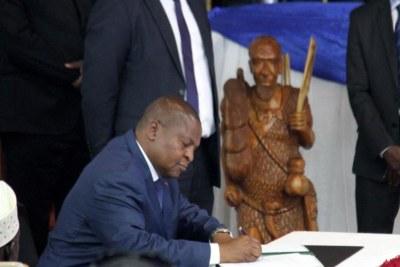 Le président Touadéra signe l'accord, le 6 février 2019, au palais présidentiel (palais de la Renaissance) à Bangui.
