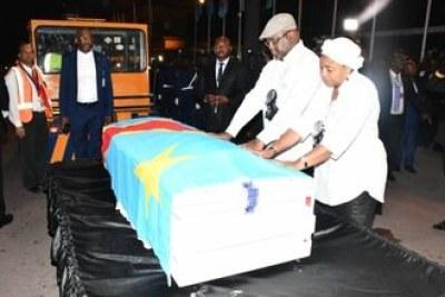Le Président de la République, la Première Dame et la famille Tshisekedi ont accueilli le corps de l'illustre disparu.  Aéroport international de N'Djili, jeudi 30 mai 2019.