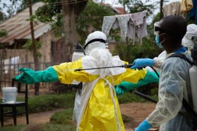 Rinçage des équipements de protection contre le virus Ebola à Beni, en République démocratique du Congo (31 mai 2019).