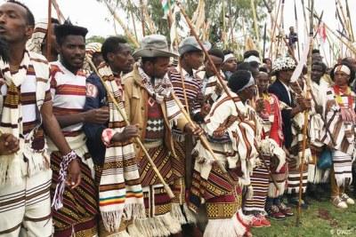 Les Sidamas célèbrant leur fête du nouvel an en costume traditionnel.