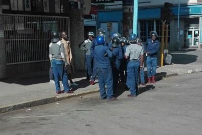 Un manifestant est interrogé par la police.