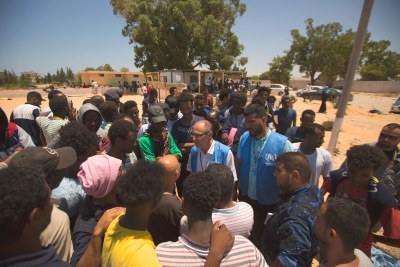 Le chef de mission du HCR en Libye, Jean-Paul Cavalieri, écoute les témoignages de responsables, réfugiés et migrants après son arrivée au centre de détention de Tajoura. (3 juillet 2019)